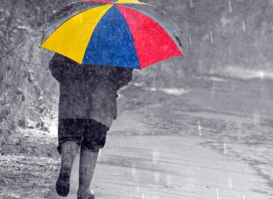 marcher-sous-la-neige-avec-un-parapluie-548x827